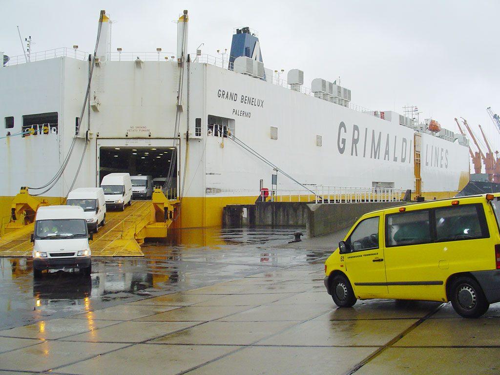Débarquement de véhicules d'un bateau Grimaldi Lines